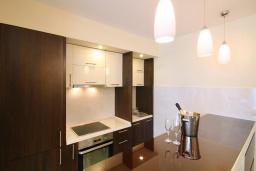 Кухня. Бечичи, Черногория, Бечичи : Апартамент с балконом и шикарным видом на море, с гостиной и отдельной спальней