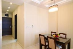 Обеденная зона. Бечичи, Черногория, Бечичи : Апартамент с балконом и шикарным видом на море, с гостиной и отдельной спальней
