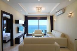 Гостиная. Бечичи, Черногория, Бечичи : Апартамент с балконом и шикарным видом на море, с гостиной и отдельной спальней