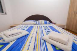 Спальня. Рафаиловичи, Черногория, Рафаиловичи : Апартамент с гостиной, отдельной спальней и балконом
