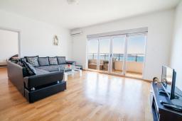 Гостиная. Рафаиловичи, Черногория, Рафаиловичи : Апартамент с балконом и видом на море, с большой гостиной и 3-мя спальнями