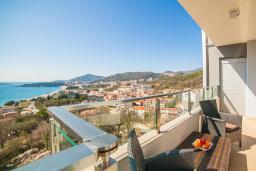 Балкон. Рафаиловичи, Черногория, Рафаиловичи : Апартамент с балконом и видом на море, с большой гостиной и 3-мя спальнями