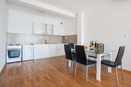 Кухня. Рафаиловичи, Черногория, Рафаиловичи : Апартамент с балконом и видом на море, с большой гостиной и 3-мя спальнями