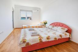 Спальня 2. Рафаиловичи, Черногория, Рафаиловичи : Апартамент с балконом и видом на море, с большой гостиной и 3-мя спальнями