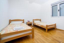 Спальня 3. Рафаиловичи, Черногория, Рафаиловичи : Апартамент с балконом и видом на море, с большой гостиной и 3-мя спальнями