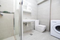 Ванная комната. Рафаиловичи, Черногория, Рафаиловичи : Апартамент с балконом и видом на море, с большой гостиной и 3-мя спальнями
