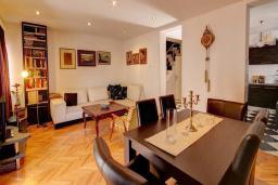 Гостиная. Будванская ривьера, Черногория, Будва : Вилла с бассейном, большой гостиной, 2-мя спальнями, 2-мя ванными комнатами, Wi-Fi