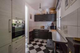 Кухня. Будванская ривьера, Черногория, Будва : Вилла с бассейном, большой гостиной, 2-мя спальнями, 2-мя ванными комнатами, Wi-Fi
