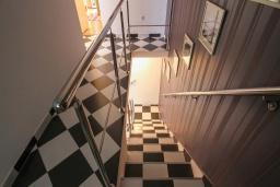 Лестница наверх. Будванская ривьера, Черногория, Будва : Вилла с бассейном, большой гостиной, 2-мя спальнями, 2-мя ванными комнатами, Wi-Fi