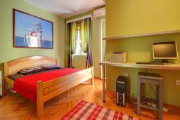Спальня. Будванская ривьера, Черногория, Будва : Вилла с бассейном, большой гостиной, 2-мя спальнями, 2-мя ванными комнатами, Wi-Fi