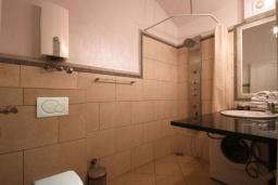 Ванная комната. Бечичи, Черногория, Бечичи : Апартамент с большой гостиной, отдельной спальней и балконом