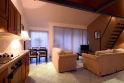 Гостиная. Будванская ривьера, Черногория, Бечичи : Апартамент с большой гостиной, отдельной спальней и балконом