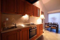 Кухня. Будванская ривьера, Черногория, Бечичи : Апартамент с большой гостиной, отдельной спальней и балконом