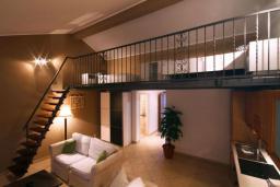 Гостиная. Бечичи, Черногория, Бечичи : Апартамент с большой гостиной, отдельной спальней и балконом