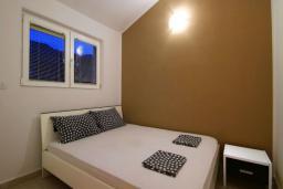 Спальня. Будванская ривьера, Черногория, Бечичи : Апартамент с большой гостиной, отдельной спальней и балконом