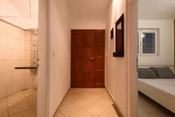 Коридор. Бечичи, Черногория, Бечичи : Апартамент с большой гостиной, отдельной спальней и балконом