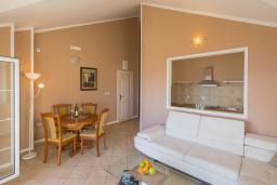 Гостиная. Будванская ривьера, Черногория, Бечичи : Апартамент с большой гостиной, двумя спальнями и балконом с шикарным видом на море