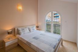 Спальня. Бечичи, Черногория, Бечичи : Апартамент с большой гостиной, двумя спальнями и балконом с шикарным видом на море