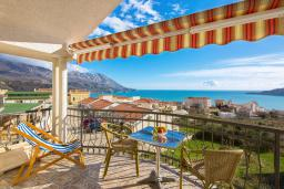 Вид на море. Будванская ривьера, Черногория, Бечичи : Апартамент с большой гостиной, двумя спальнями и балконом с шикарным видом на море
