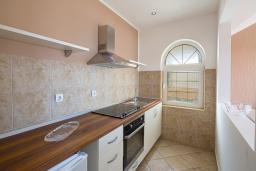 Кухня. Бечичи, Черногория, Бечичи : Апартамент с большой гостиной, двумя спальнями и балконом с шикарным видом на море