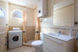 Ванная комната. Бечичи, Черногория, Бечичи : Апартамент с большой гостиной, двумя спальнями и балконом с шикарным видом на море