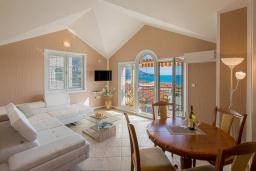 Гостиная. Бечичи, Черногория, Бечичи : Апартамент с большой гостиной, двумя спальнями и балконом с шикарным видом на море