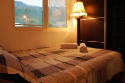 Спальня. Бечичи, Черногория, Бечичи : Люкс апартамент с гостиной, отдельной спальней и балконом с видом на море