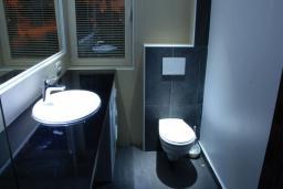 Ванная комната. Бечичи, Черногория, Бечичи : Люкс апартамент с гостиной, отдельной спальней и балконом с видом на море