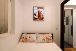 Спальня. Бечичи, Черногория, Бечичи : Люкс апартамент с гостиной, отдельной спальней и балконом