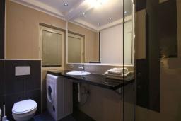 Ванная комната. Бечичи, Черногория, Бечичи : Люкс апартамент с гостиной, отдельной спальней и балконом