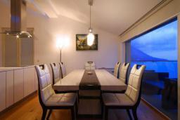 Обеденная зона. Бечичи, Черногория, Бечичи : Пентхаус с огромной гостиной, 3-мя спальнями, большим балконом с шикарным видом на море