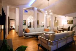 Гостиная. Бечичи, Черногория, Бечичи : Пентхаус с огромной гостиной, 3-мя спальнями, большим балконом с шикарным видом на море