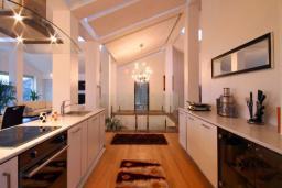 Кухня. Бечичи, Черногория, Бечичи : Пентхаус с огромной гостиной, 3-мя спальнями, большим балконом с шикарным видом на море