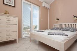 Спальня. Бечичи, Черногория, Бечичи : Апартаменты с 2 спальнями и балконом с видом на море