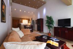 Гостиная. Бечичи, Черногория, Бечичи : Апартаменты с 2 спальнями и балконом с видом на море