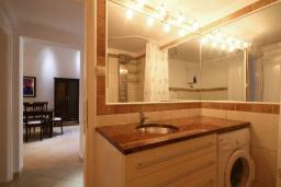 Ванная комната. Бечичи, Черногория, Бечичи : Апартаменты с 2 спальнями и балконом с видом на море