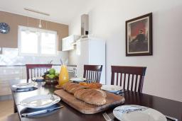 Кухня. Бечичи, Черногория, Бечичи : Апартаменты с 2 спальнями и балконом с видом на море