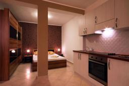 Студия (гостиная+кухня). Бечичи, Черногория, Бечичи : Номер-студио с террасой