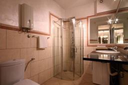 Ванная комната. Бечичи, Черногория, Бечичи : Номер-студио с террасой