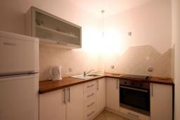 Кухня. Бечичи, Черногория, Бечичи : Апартаменты с 2 спальнями и террасой
