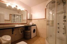 Ванная комната. Бечичи, Черногория, Бечичи : Апартаменты с 2 спальнями и террасой