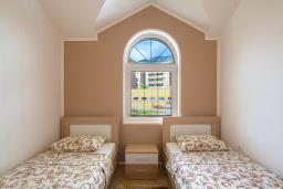 Спальня 2. Бечичи, Черногория, Бечичи : Апартаменты с 2 спальнями и балконом с шикарным видом на море