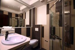 Ванная комната. Бечичи, Черногория, Бечичи : Апартаменты Делюкс с 2 спальнями и балконом с видом на море