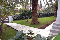 Территория. Будванская ривьера, Черногория, Будва : Этаж дома c гостиной, тремя спальнями и террасой