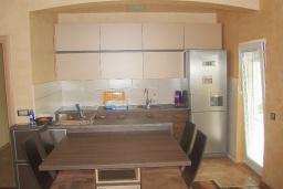 Кухня. Будванская ривьера, Черногория, Будва : Этаж дома c гостиной, тремя спальнями и террасой