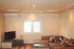 Гостиная. Будванская ривьера, Черногория, Будва : Этаж дома c гостиной, тремя спальнями и террасой