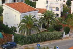 Фасад дома. Будванская ривьера, Черногория, Будва : Этаж дома c гостиной, тремя спальнями и террасой