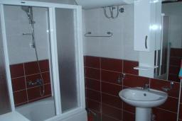 Ванная комната. Будванская ривьера, Черногория, Будва : Этаж дома c гостиной, тремя спальнями и террасой