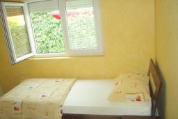 Спальня 2. Будванская ривьера, Черногория, Будва : Этаж дома c гостиной, тремя спальнями и террасой