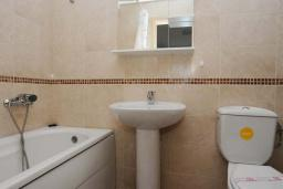 Ванная комната. Рафаиловичи, Черногория, Рафаиловичи : Апартамент в 100 метрах от пляжа, с гостиной, тремя спальнями, двумя ванными комнатами и балконом с видом на море